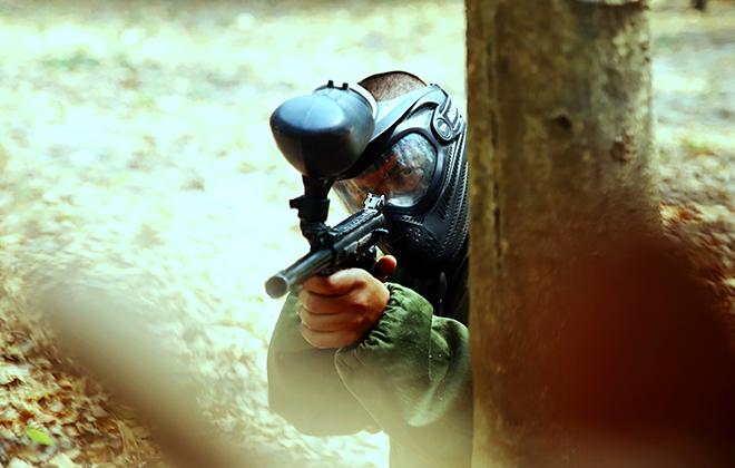 Homem segurando arma de paintball - Aventura e Estratégia