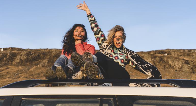 Desintoxicação Digital - Mulheres em viagem em cima de Van