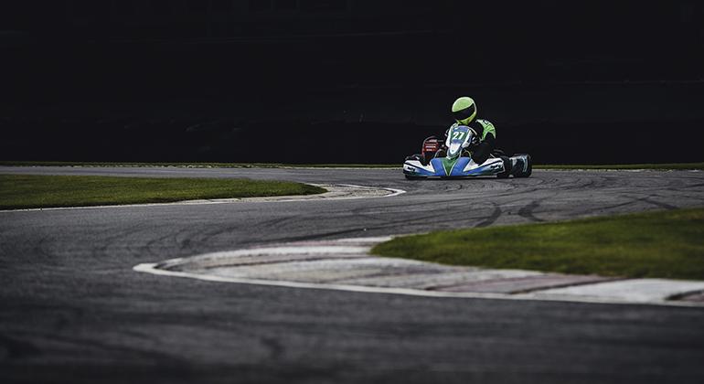 Kart fazendo curva na pista. Reunir a galera