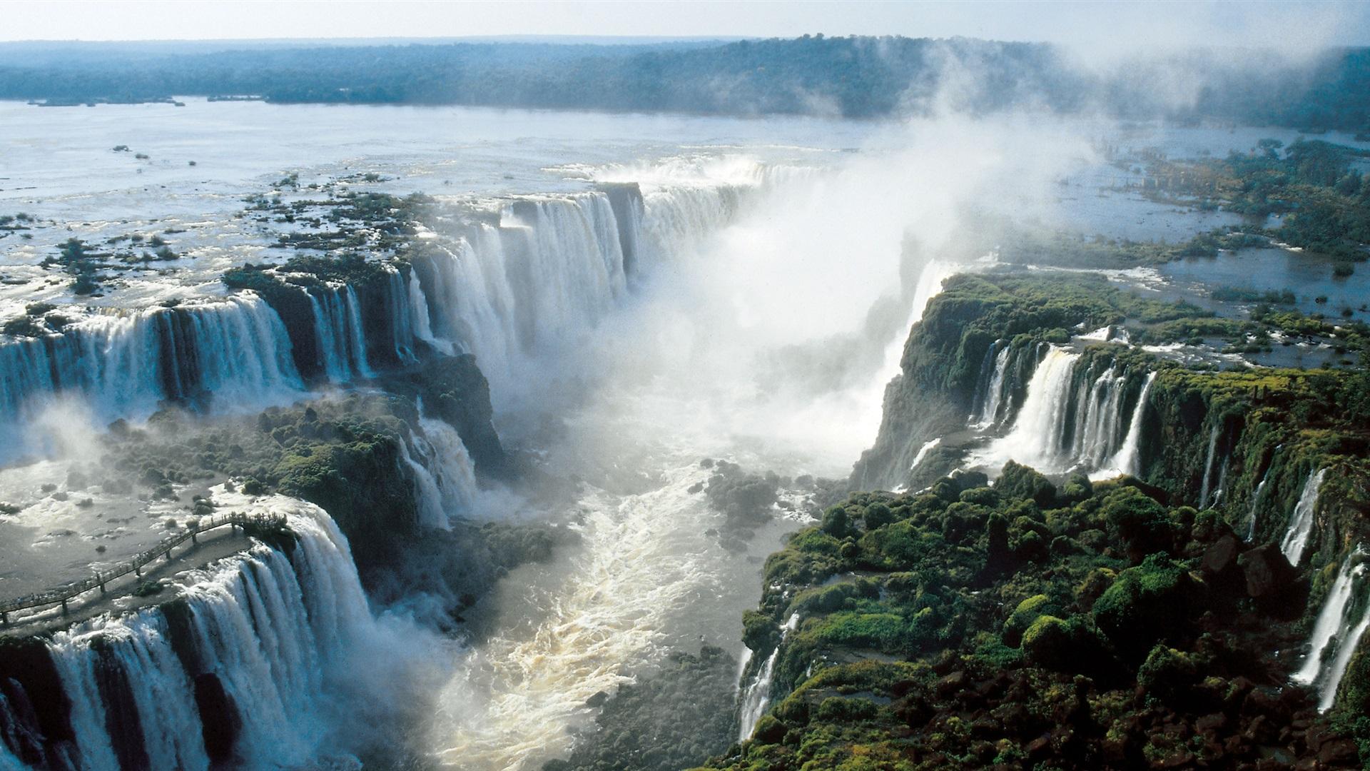 Na imagem, temos as cataratas do Iguaçu. São quedas d'água gigantescas.