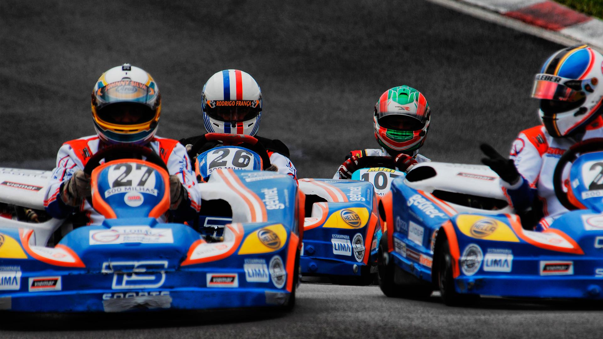 4 karts correndo em uma das disputas mais conhecidas, que é a corrida 500 milhas de kart.