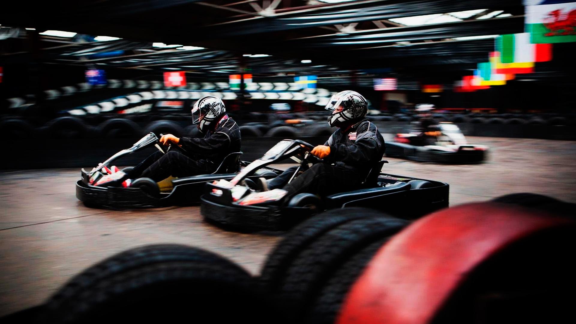 Corrida-de-Kart-imagem-de-corredores-com-equipamentos-de-segurança