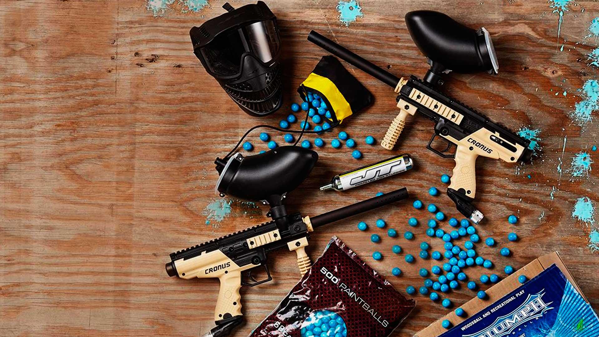 Equipamentos para jogar paintball. Máscara de proteção, marcador e bolinhas de tinta.