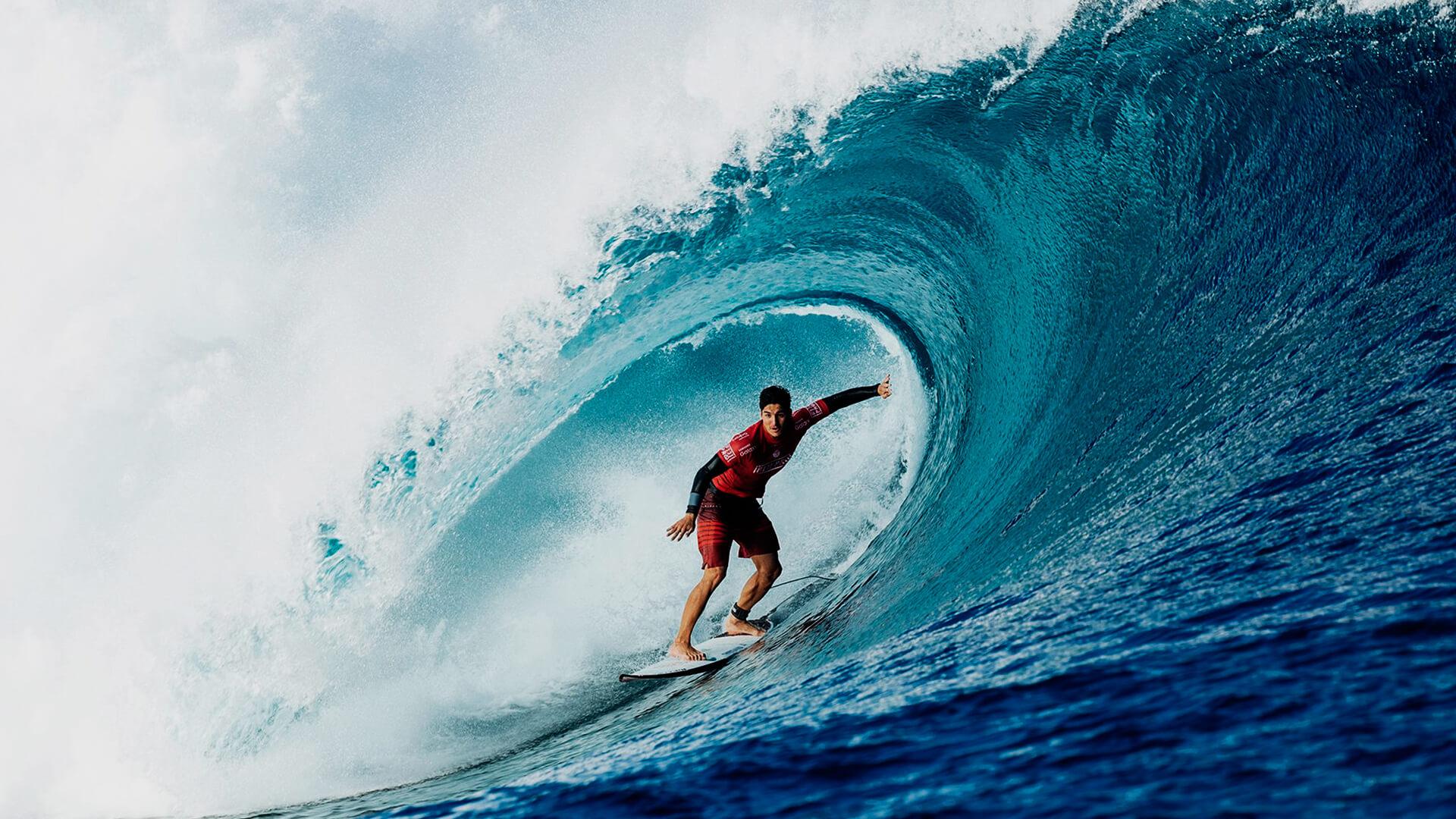 Surfista Medina, campeão brasileiro de surf, fazendo tubo em uma onda bem grande.