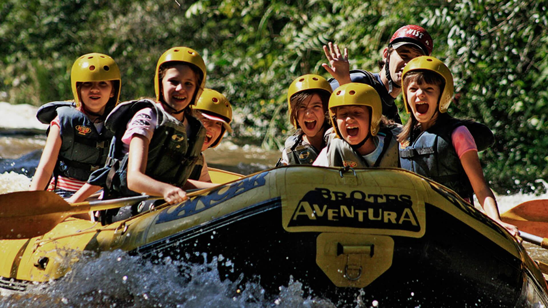 Familia-Praticando-Rafting