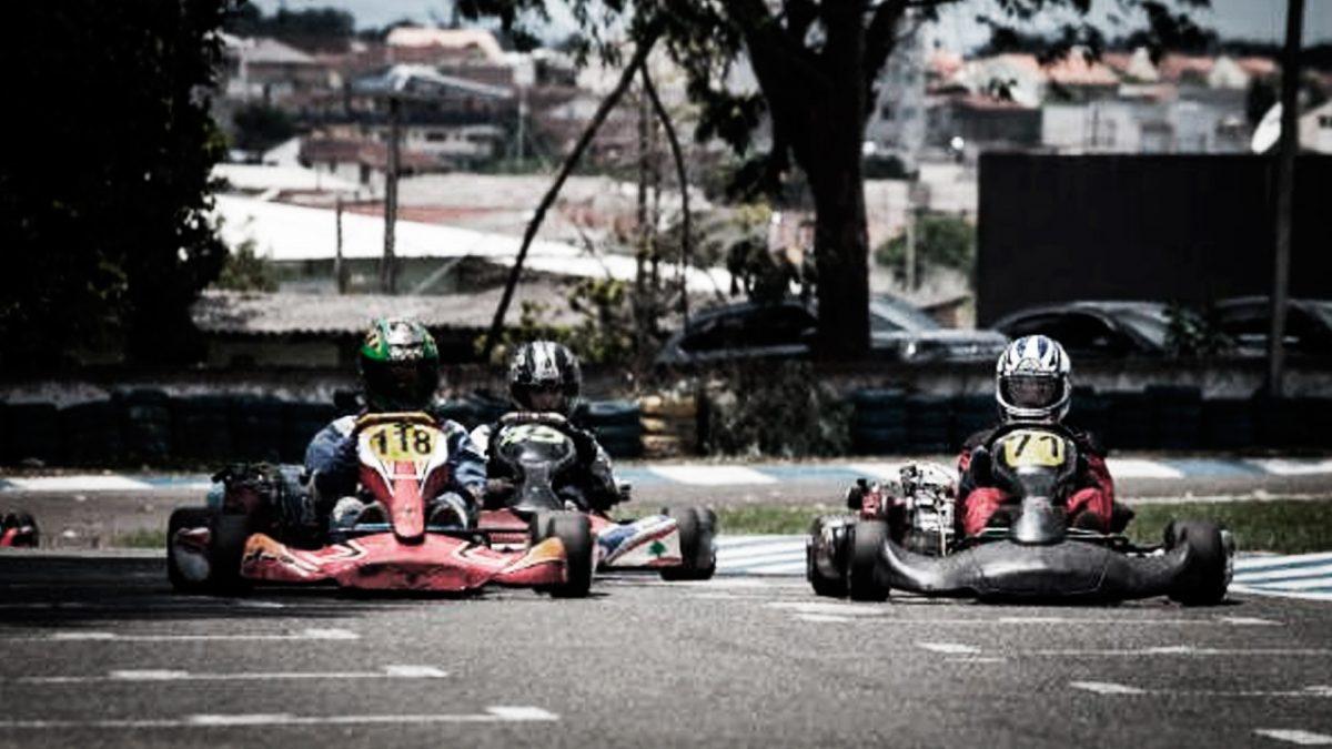 Três pilotos correndo em no kartódromo outdoor da empresa Kartódromo São José dos Pinhais