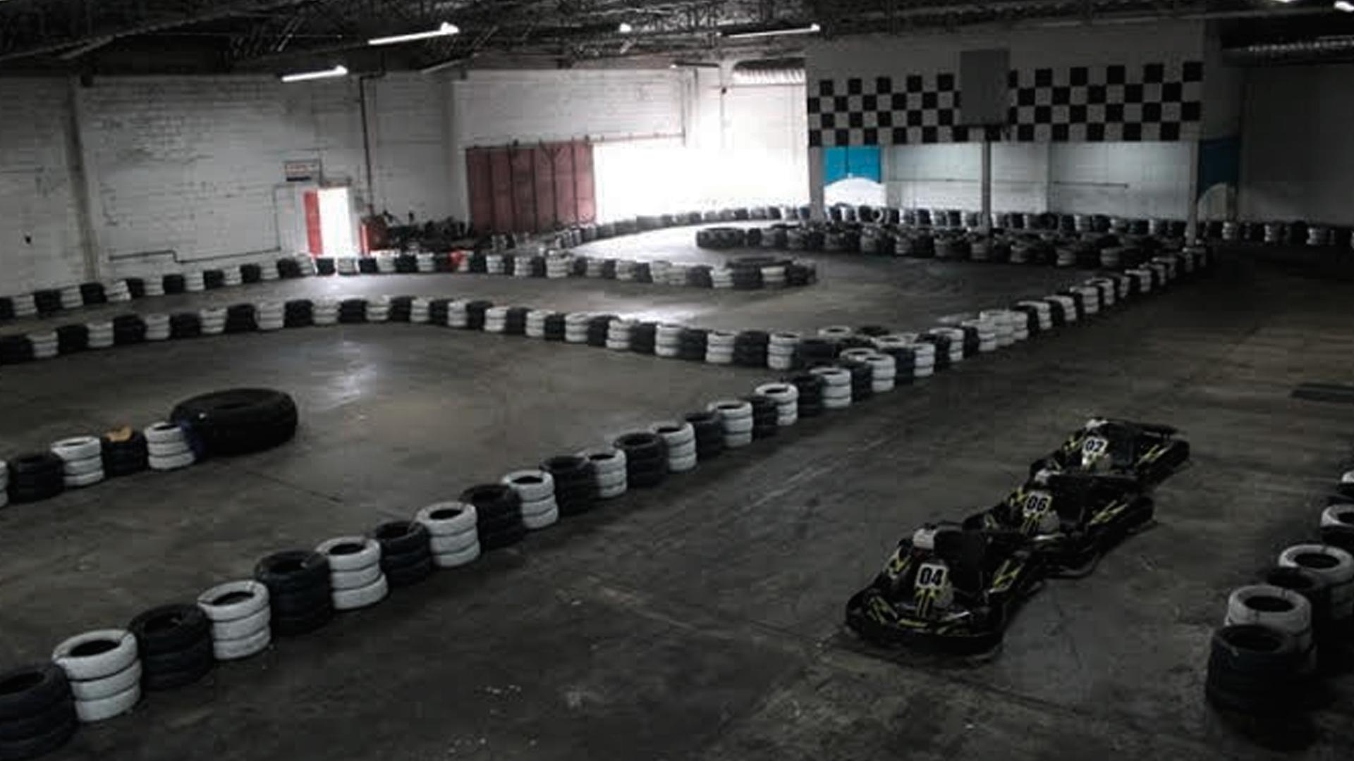 Vista de cima da pista de kart indoor Marumby, que fica no mercado Carrefour