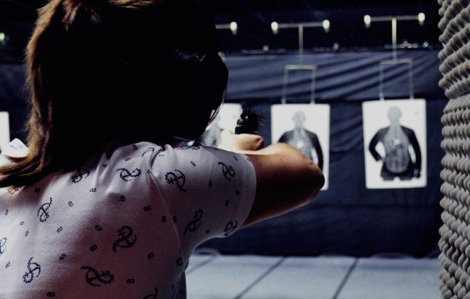 Mulher-atirando-no-estande-de-tiro