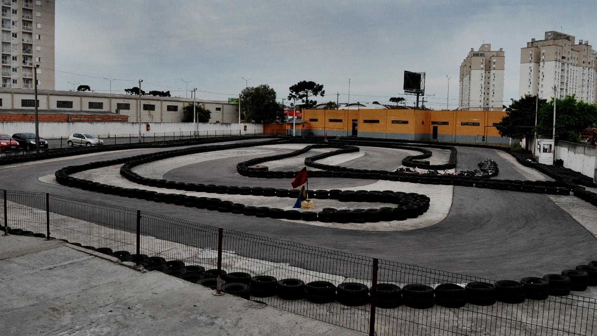 Vista de cima de uma corrida na pista outdoor da empresa RA Kart