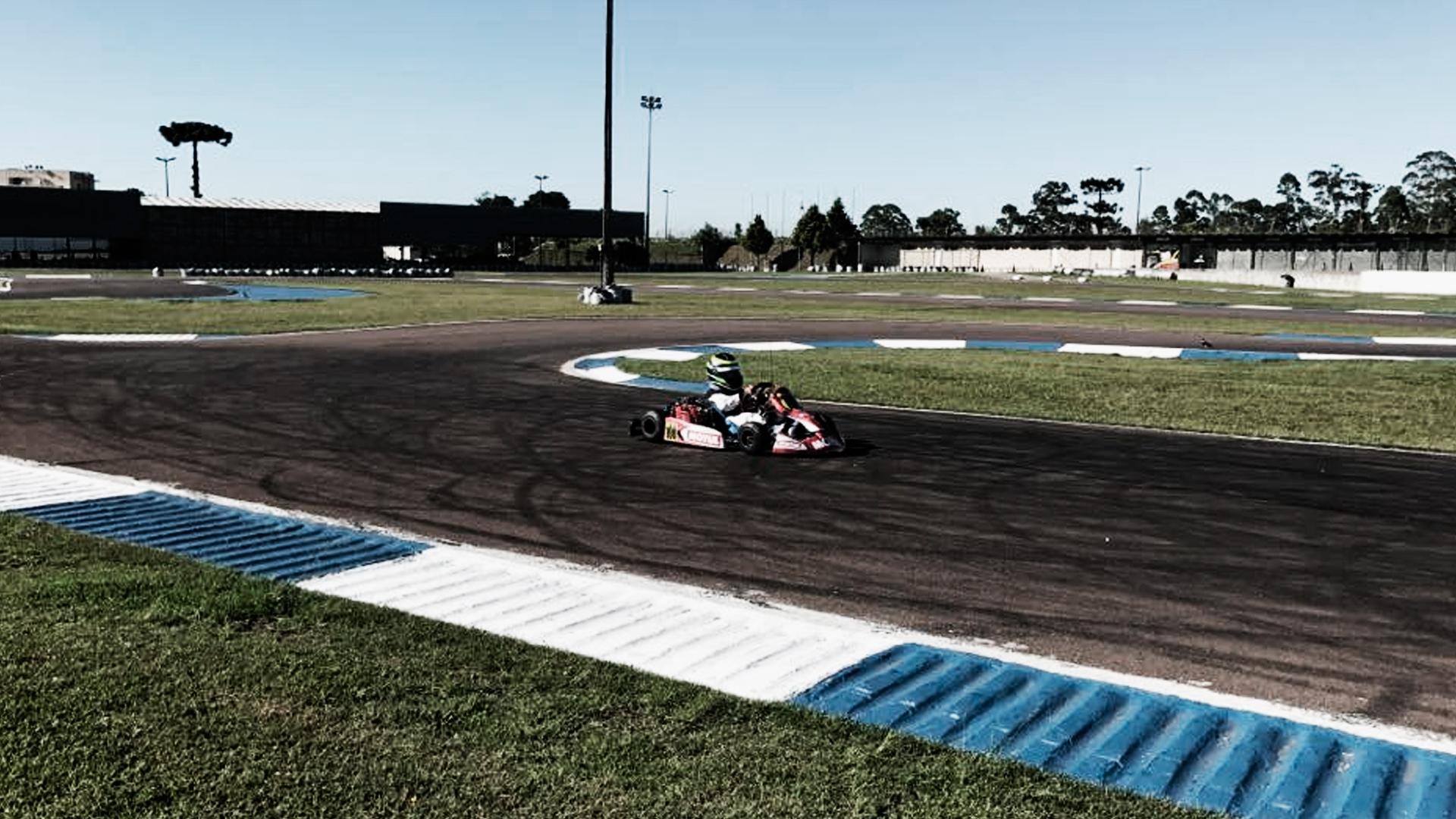 Piloto de kart correndo na pista da Raceland Internacional, em Pinhais.