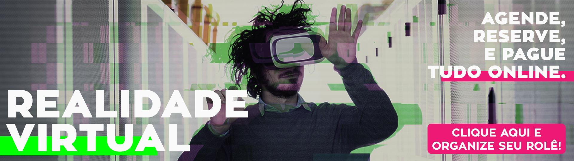 Homem utilizando o óculos de realidade virtual. Texto na esquerda inferior: realidade virtual. Texto na direita superior: agende, reserve e pague tudo online. Texto direita inferior: clique aqui e organize seu rolê!