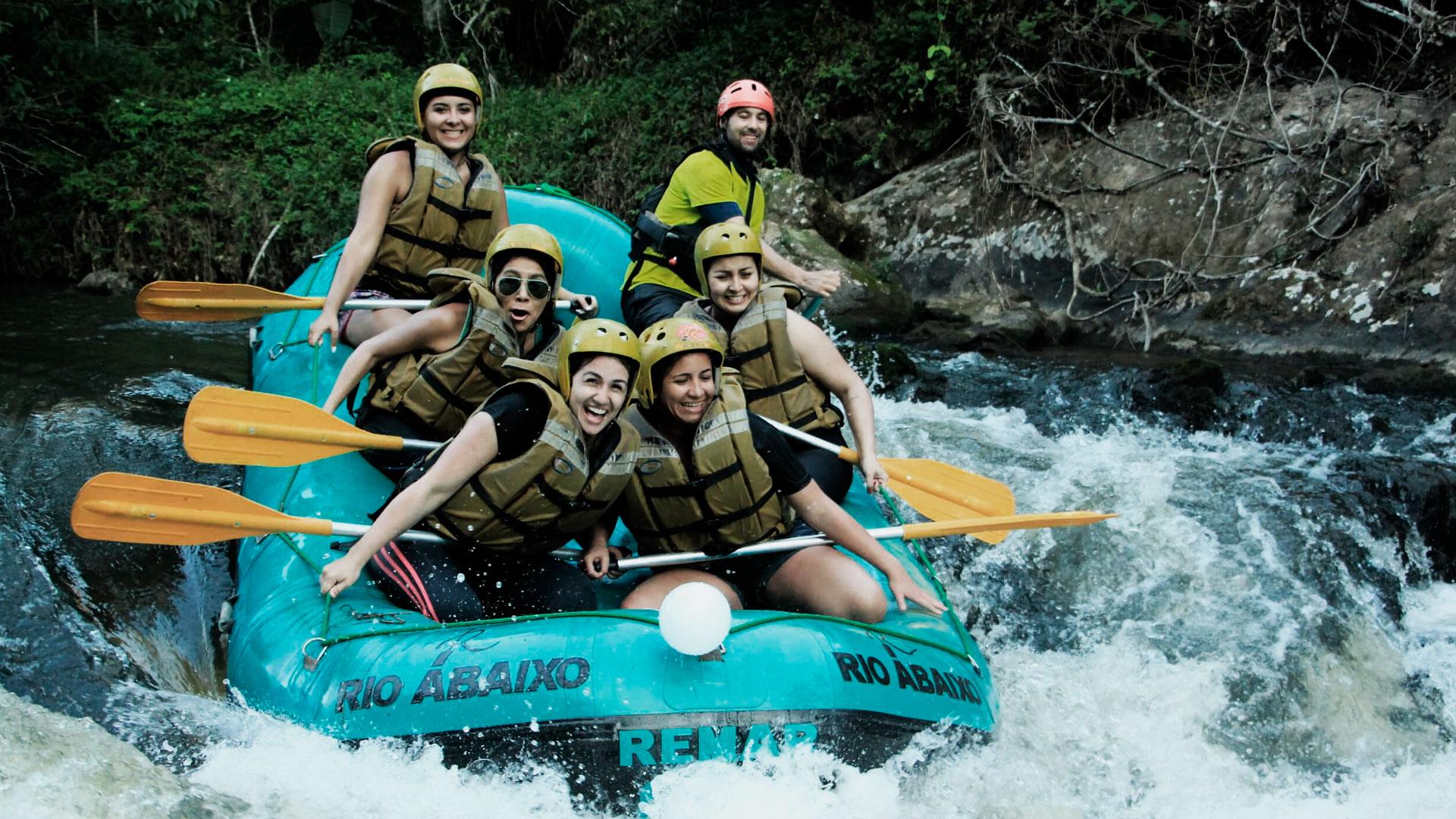 Grupo de pessoas praticando rafting no rio cachoeira, em antonina.