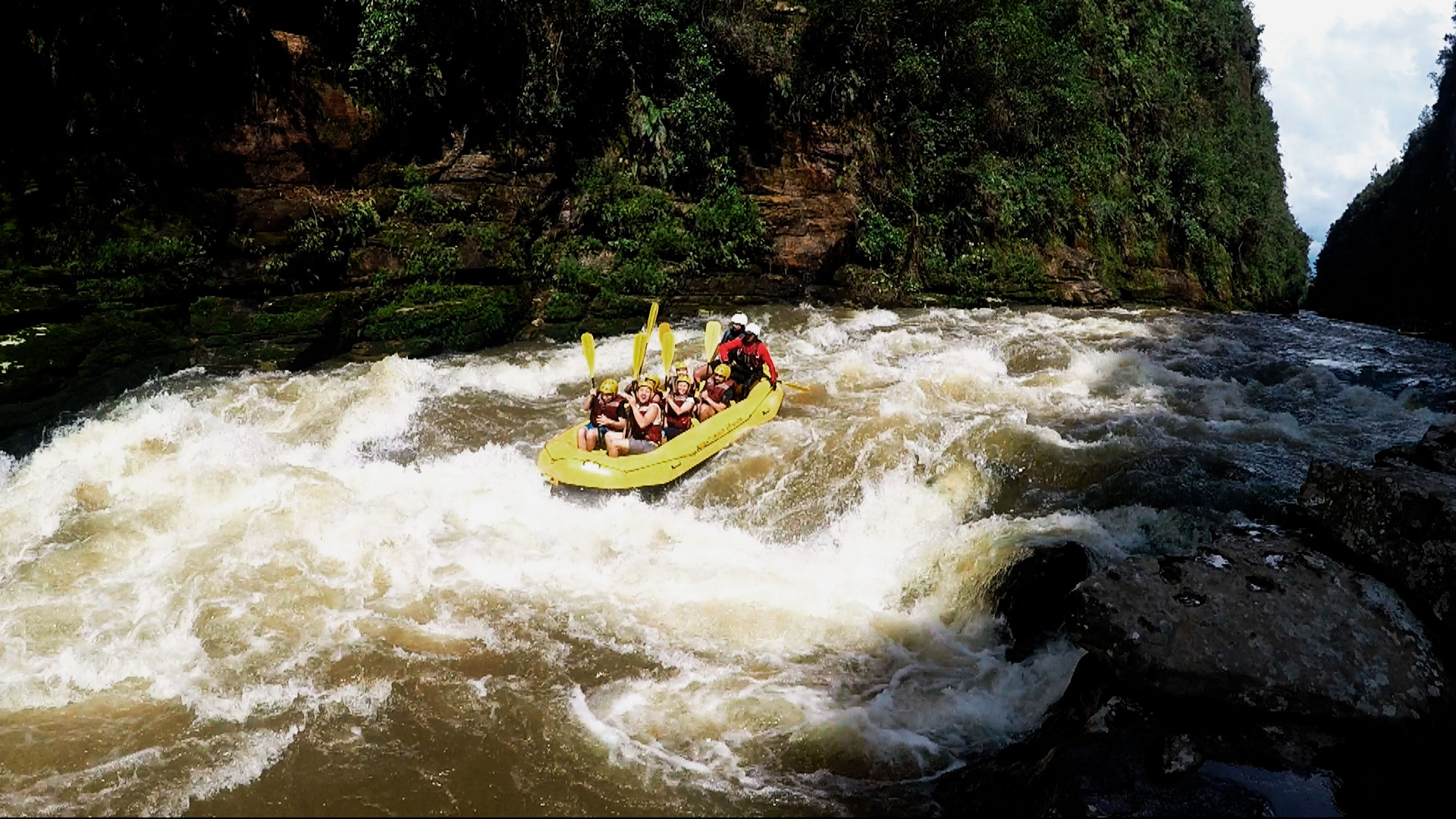 Grupo de pessoas praticando rafting no rio jaguariaíva, em Piraí do Sul.
