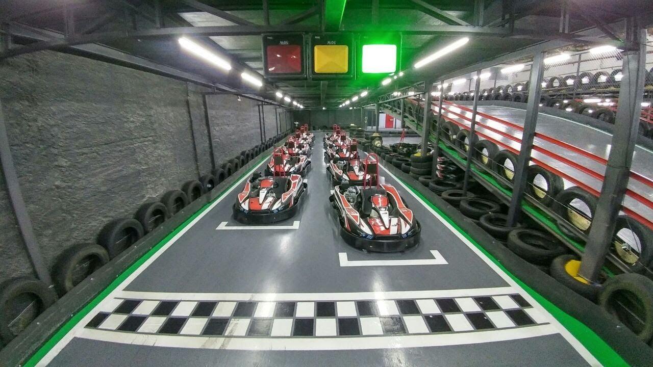 Na imagem, temos uma partida de kart indoor antes da largada. Todos os karts estão parados.