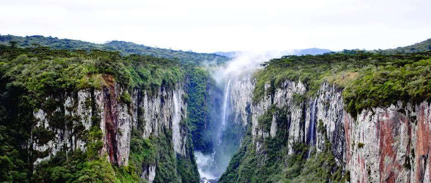 Na imagem do parque nacional aparados da serra, é mostrado seus enormes cânions e uma cachoeira ao fundo.