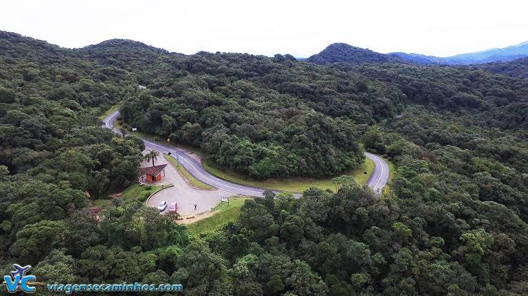 Imagem de cima da Estrada da Graciosa, é uma estrada cercada por área verde.